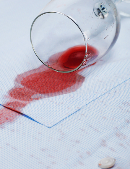 Cómo limpiar una mancha de vino de tu camisa